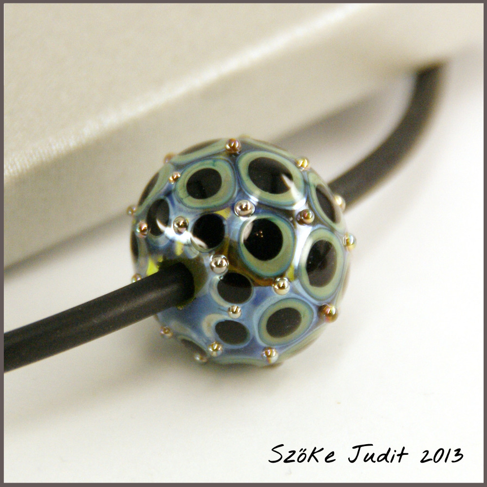 dots glass bead